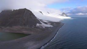 Flyg- sikt av bergen som täckas med snö Andreev arkivfilmer