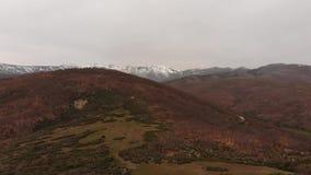 Flyg- sikt av berget i höst stock video