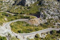 Flyg- sikt av bergvägen till by Sa Calobra Ön Majorca, Spanien Royaltyfri Fotografi