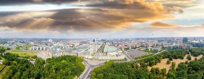 Flyg- sikt av Berlin horisont från den Juni 17 vägen, Tyskland Arkivbild