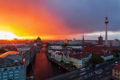 Flyg- sikt av Berlin, Tyskland, på solnedgången Arkivbilder