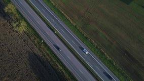 Flyg- sikt av bilar som går på huvudvägen arkivfilmer