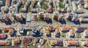 Flyg- sikt av bilkörning i stadstrafiken romania arkivfoton