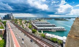 Flyg- sikt av biltrafik på Sydney Harbour Bridge Royaltyfri Bild