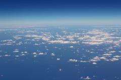 Flyg- sikt av blå himmel och bästa sikt för moln från flygplanfönster Arkivfoton