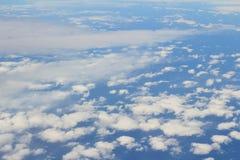 Flyg- sikt av blå himmel och bästa sikt för moln från flygplanfönster Royaltyfria Bilder