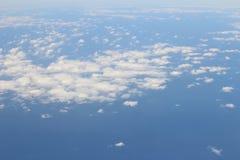 Flyg- sikt av blå himmel och bästa sikt för moln från flygplanfönster Arkivbilder