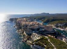 Flyg- sikt av Bonifacio den gamla staden som byggs på klippor av vit kalksten, klippor hamn corsica france Arkivbild