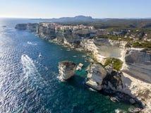 Flyg- sikt av Bonifacio den gamla staden som byggs på klippor av vit kalksten, klippor hamn corsica france Arkivfoton