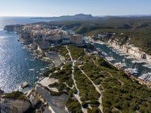 Flyg- sikt av Bonifacio den gamla staden som byggs på klippor av vit kalksten, klippor hamn corsica france Royaltyfri Bild
