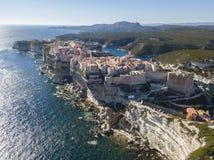Flyg- sikt av Bonifacio den gamla staden som byggs på klippor av vit kalksten, klippor hamn corsica france Royaltyfri Foto