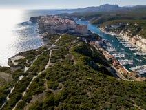 Flyg- sikt av Bonifacio den gamla staden som byggs på klippor av vit kalksten, klippor hamn corsica france Arkivbilder