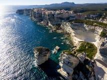 Flyg- sikt av Bonifacio den gamla staden som byggs på klippor av vit kalksten, klippor hamn corsica france Royaltyfria Foton