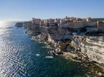 Flyg- sikt av Bonifacio den gamla staden som byggs på klippor av vit kalksten, klippor hamn corsica france Royaltyfria Bilder