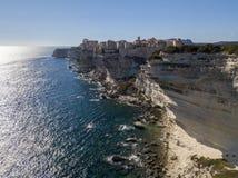 Flyg- sikt av Bonifacio den gamla staden som byggs på klippor av vit kalksten, klippor hamn corsica france Fotografering för Bildbyråer