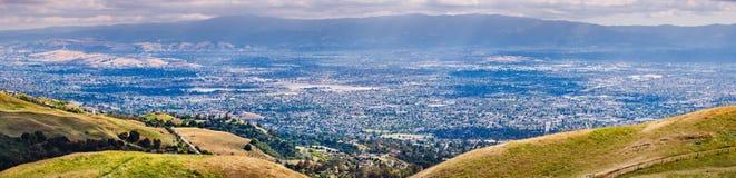 Flyg- sikt av bostads- grannskapar av San Jose; guld- kullar som är synliga i förgrunden; södra San Francisco Bay område, fotografering för bildbyråer
