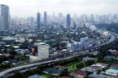 Flyg- sikt av bostads- och kommersiella områden och etableringar i tunnelbanan Manila royaltyfri foto