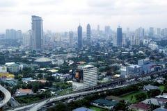 Flyg- sikt av bostads- och kommersiella områden och etableringar i tunnelbanan Manila royaltyfria foton