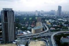 Flyg- sikt av bostads- och kommersiella områden och etableringar i tunnelbanan Manila royaltyfri fotografi