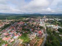 Flyg- sikt av bostadsområde som lokaliseras i guchil, kuala krai, kelantan, Malaysia royaltyfria foton
