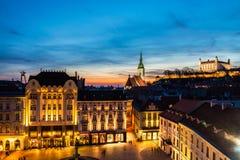 Flyg- sikt av Bratislava, Slovakien på natten Royaltyfri Bild
