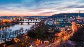 Flyg- sikt av broar i Prague, dag till natttimelapse arkivfilmer