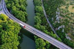 Flyg- sikt av bron och vägen över floden Pinios Royaltyfria Foton