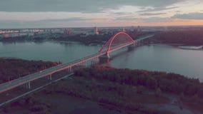 Flyg- sikt av bron på ryssfloden på solnedgången lager videofilmer