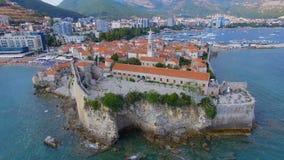 Flyg- sikt av Budva den gamla staden och stranden, Montenegro