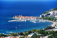 Flyg- sikt av Budva, Montenegro på den Adriatiska havet kusten Arkivfoto