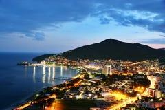 Flyg- sikt av Budva, Montenegro på den Adriatiska havet kusten efter solnedgång Arkivfoton