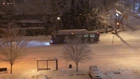 Flyg- sikt av bussen som kör på kall häftig snöstormsnö stock video