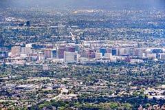 Flyg- sikt av byggnaderna i i stadens centrum San Jose; Silicon Valley Kalifornien arkivbild