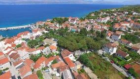 Flyg- sikt av byn av Dol på ön av Brac arkivfilmer