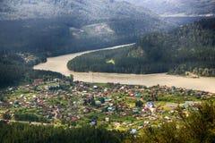Flyg- sikt av byn i Altai berg Arkivfoton