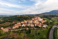 Flyg- sikt av byn i Toscana Arkivfoto