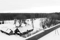 Flyg- sikt av byn i vinter i Lettland Royaltyfri Bild