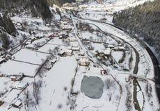 Flyg- sikt av byn i vintern romania royaltyfria foton