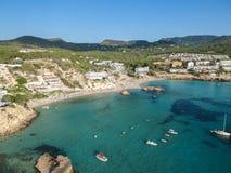 Flyg- sikt av Cala Tarida, Ibiza, Spanien arkivfoton