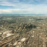 Flyg- sikt av Calgary som är i stadens centrum i vinter Arkivbilder