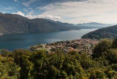 Flyg- sikt av Cannobio och sjön Maggiore Arkivfoto