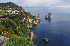 Flyg- sikt av Capri ` s Faraglioni, stora klippor som dyker upp från Royaltyfri Fotografi
