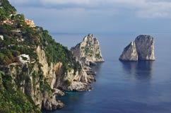 Flyg- sikt av Capri ` s Faraglioni, stora klippor som dyker upp från Royaltyfria Bilder
