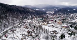 Flyg- sikt av Carpathian berg i vinter, Yaremche, Ukraina stock video