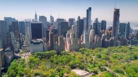 Flyg- sikt av Central Park, övreöst och västra sida Manhattan och Midtown Manhattan, New York, USA arkivfilmer