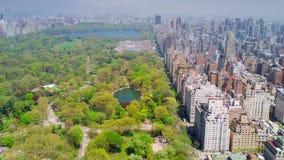 Flyg- sikt av Central Park, övreöst och västra sida Manhattan och Midtown Manhattan, New York, USA stock video