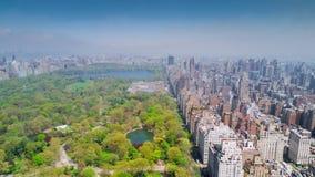 Flyg- sikt av Central Park, övreöst och västra sida Manhattan och Midtown Manhattan, New York, USA lager videofilmer