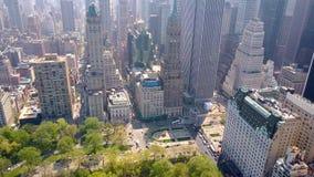 Flyg- sikt av Central Park, New York, USA, skyskrapor på bakgrund Lyxiga bostads- byggnader stock video