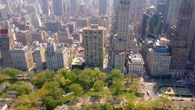Flyg- sikt av Central Park, New York, USA, skyskrapor på bakgrund Lyxiga bostads- byggnader lager videofilmer