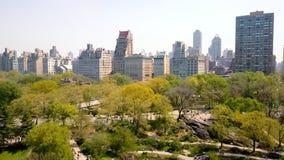 Flyg- sikt av Central Park, New York, USA, skyskrapor på bakgrund Lyxiga bostads- byggnader arkivfilmer